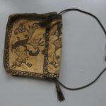 Het materiaal komt van Franse tasje ±1650 - 1680; goudgalon, met koper/gouddraad omwikkelde koord/kwast en florale applicaties