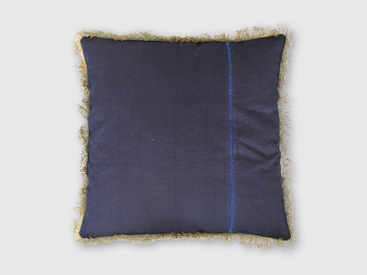 achterzijde: Staphorster schort van stevige donkerblauwe katoenen stof; goud/bronskleurige franje ± 1830