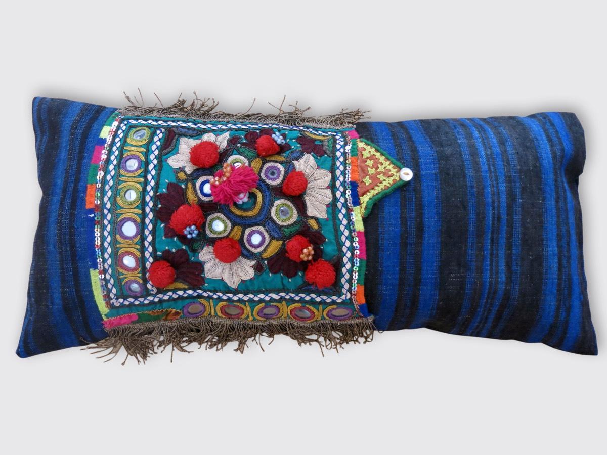 26x56cm, voorzijde: in verschillende technieken met de hand geborduurd deel oud voorpand jurk, meegenomen uit Rajasthan