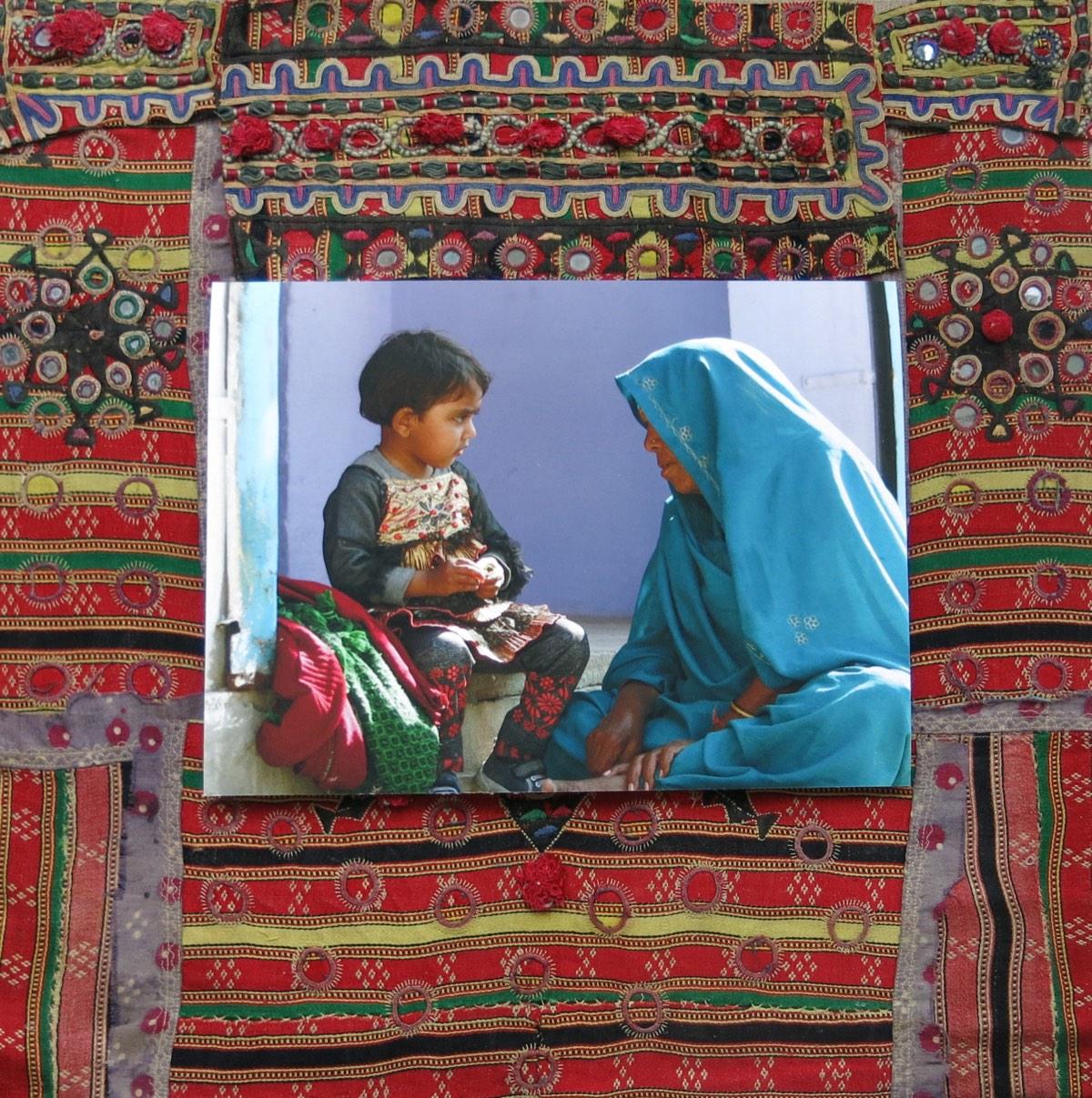 'In gesprek' 60x60cm Gemengde techniek: eigen beeld op handgeborduurde oude Indiase textiel.