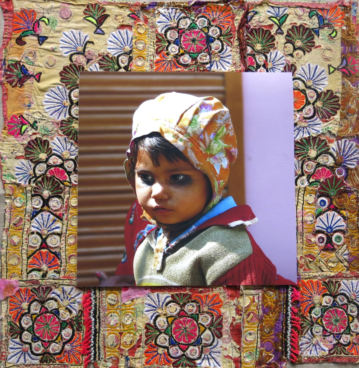 'Jongetje voor rolluik' 60x60cm Gemengde techniek: eigen beeld op handgeborduurde oude Indiase textiel. (sold)