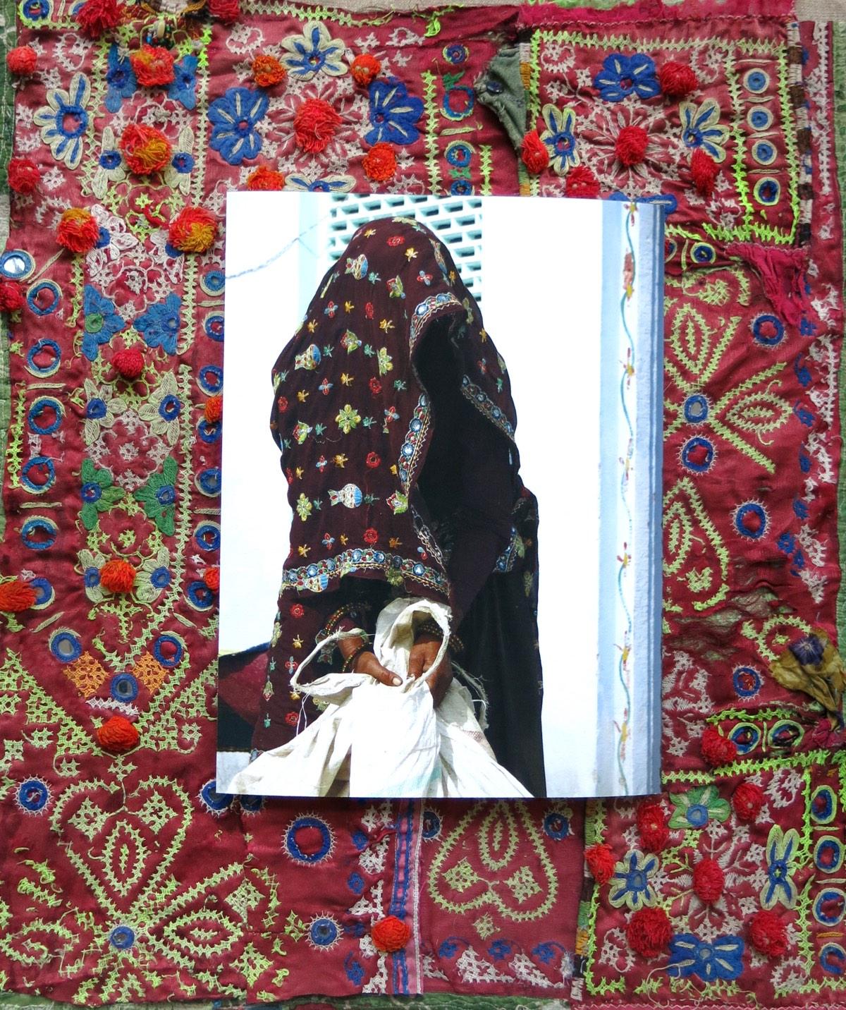 'Vrouw met grasbundel' 50x60cm Gemengde techniek: eigen beeld op handgeborduurde oude Indiase textiel.