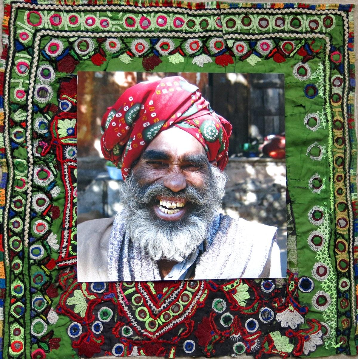 'Lachende man met tulband' 60x60cm Gemengde techniek: eigen beeld op handgeborduurde oude Indiase textiel.