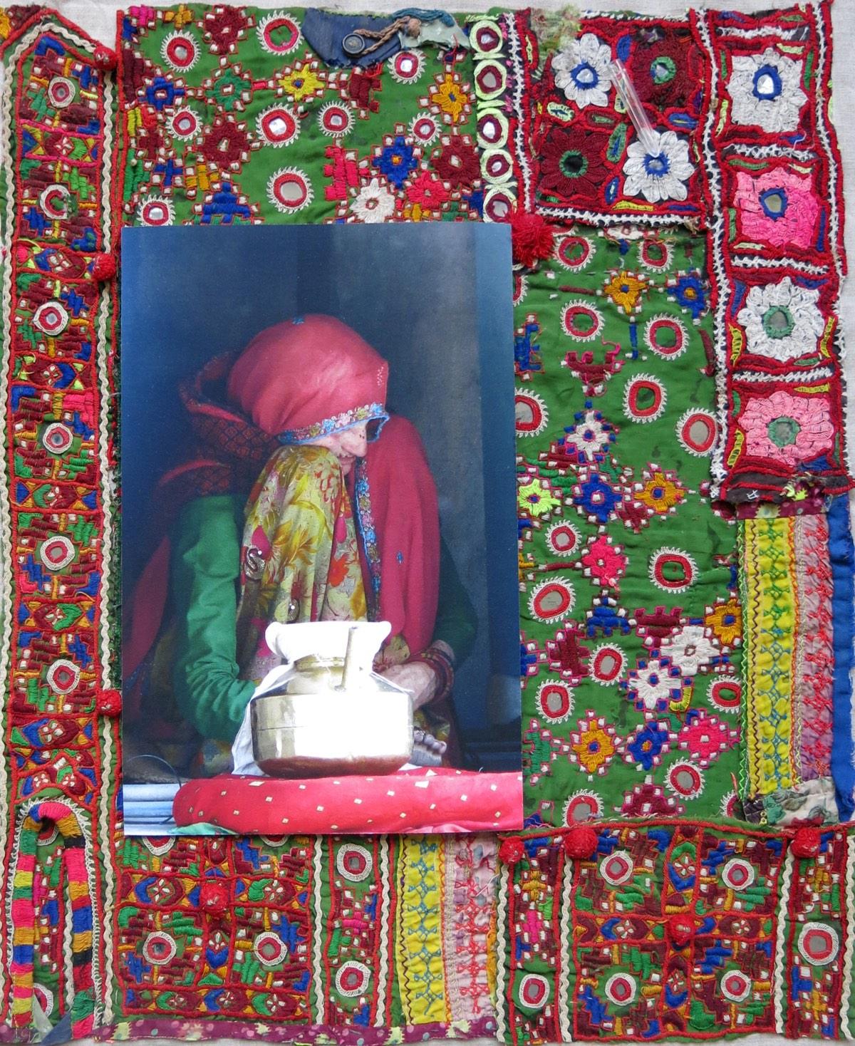 'Vrouw met koperen ketel', 48x59cm, eigen beeld op handgeborduurde oude Indiase textiel.