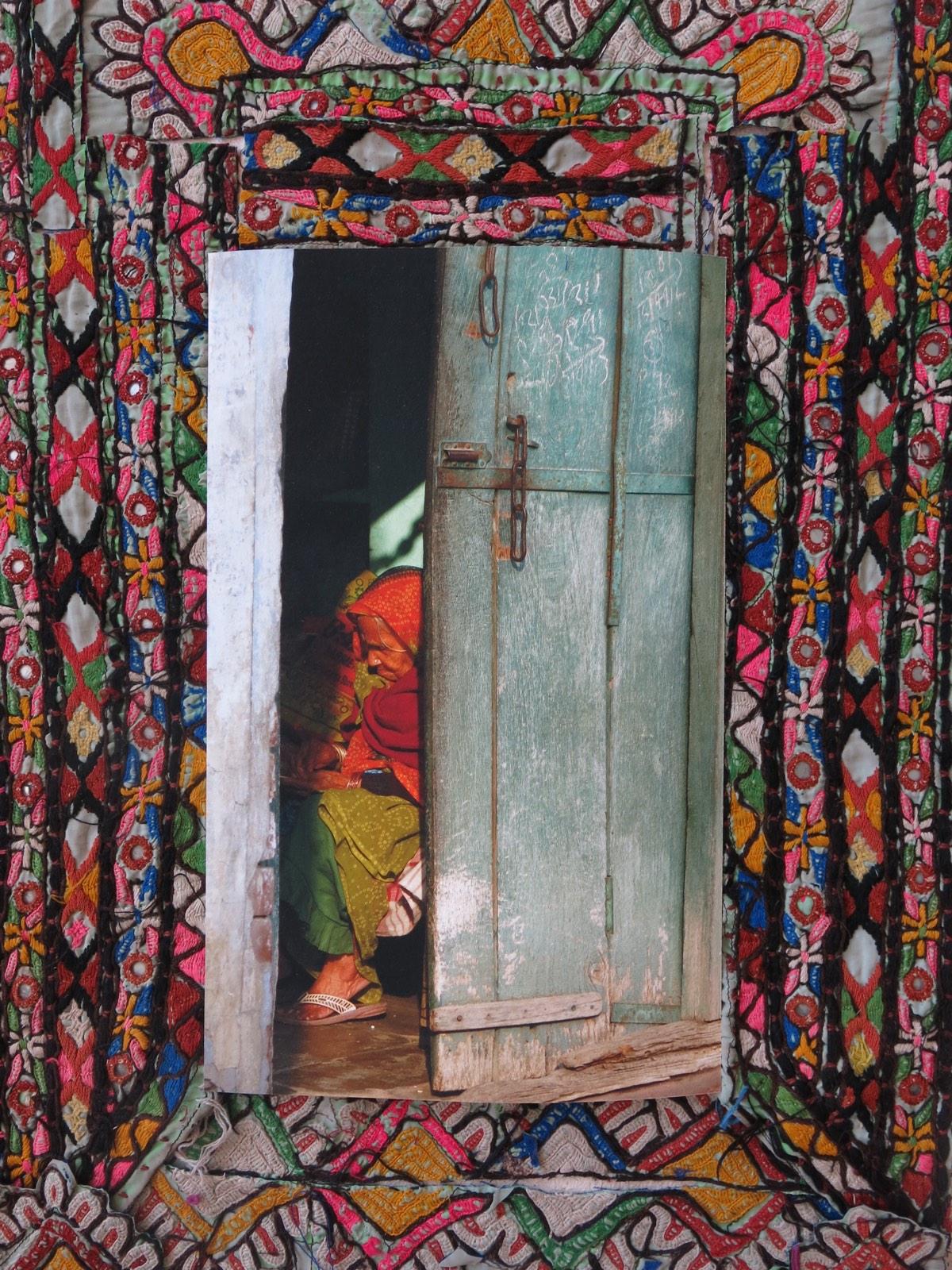 'Oude vrouw in deuropening' 60x50cm Gemengde techniek: eigenbeeld op handgeborduurde oude Indiase textiel. (sold)
