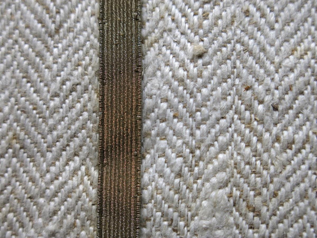 detail: weefsel visgraat ± 1900 en goudband