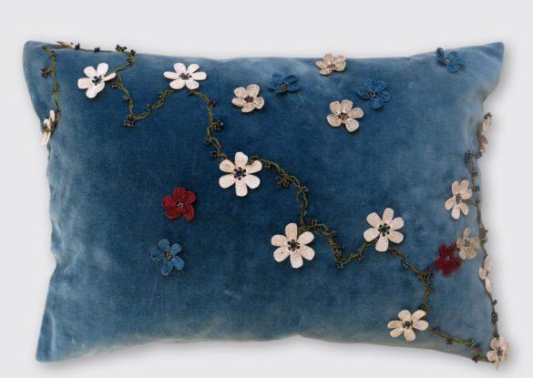 40x60cm, voorzijde: blauwe Franse katoenen velours ± 1930; in Turkije met de hand gehaakte bloemenkettingen van zijde en oude glaskraaltjes India ±1900