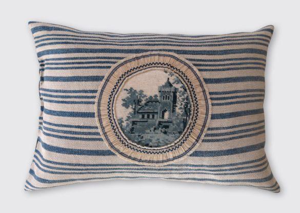 40x60cm, voorzijde: gobelin borduurwerk ±1930, patroon siertegel, afgezet met geplooid katoenen band ±1930.