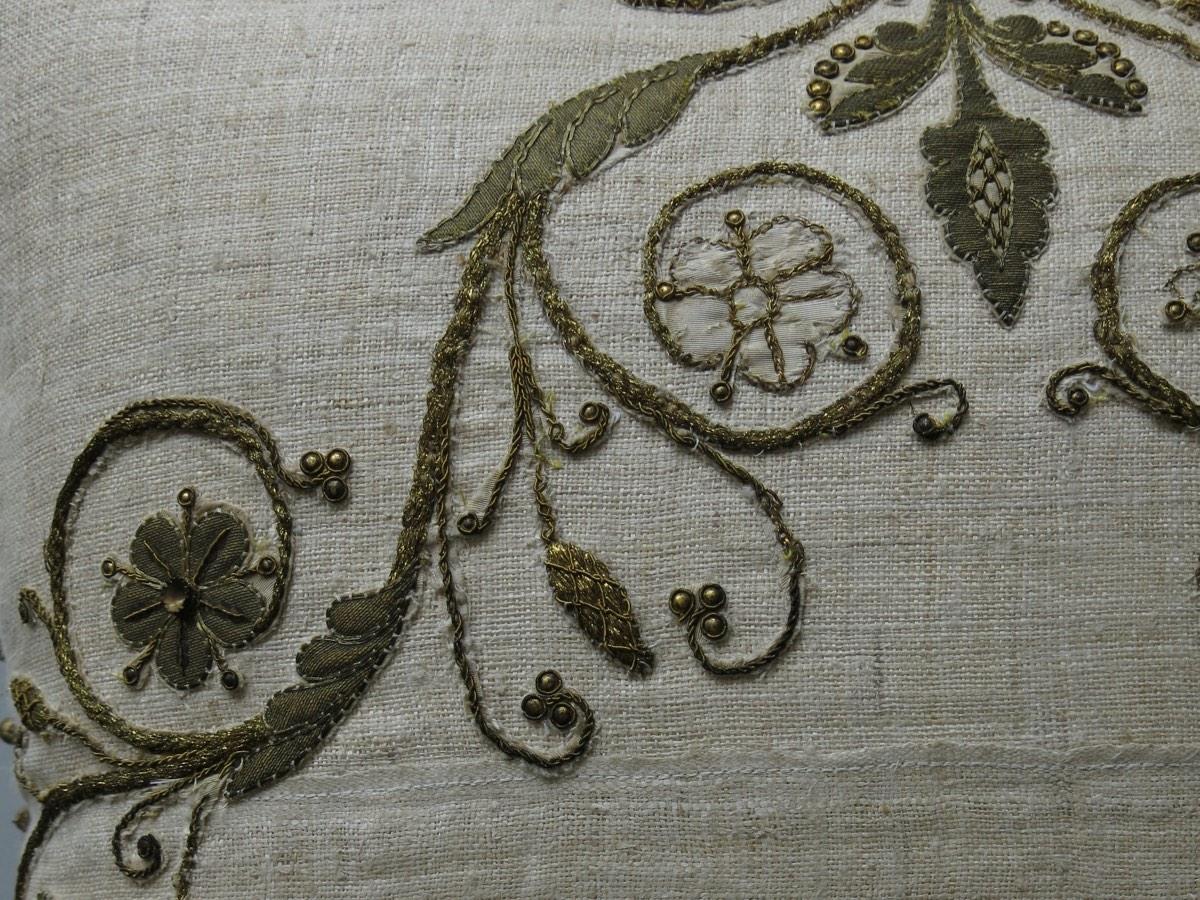 detail: goudborduursel van koorkap van priester; zijde, de oorspronkelijke drager, is nog zichtbaar, 1e helft 19e eeuw