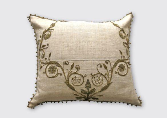 65x75cm, voorzijde: losse linnen/zijden stof, handgeweven op smal weefgetouw daarom naad; goudborduursel