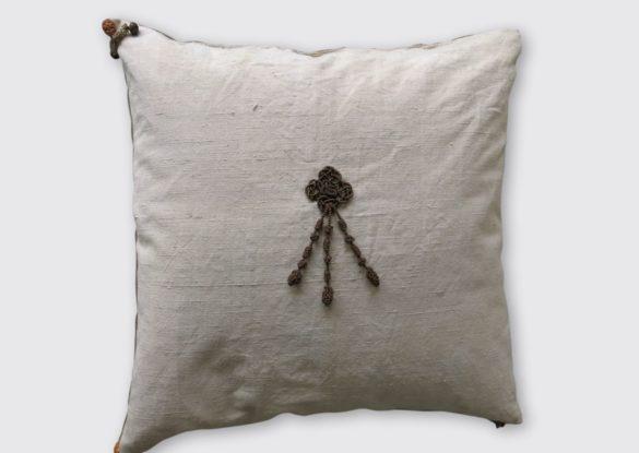 60x60cm, voorzijde: handgeweven linnen met glanskatoenen ornament