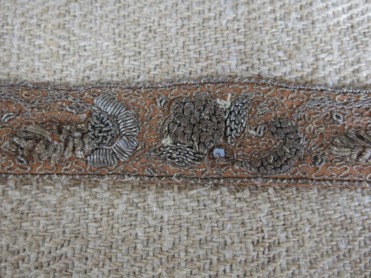 detail: Italiaans band, zilver met de hand geborduurd, verschillende motieven, mandje met bloemetjes hoog geborduurd, zeer kwetsbaar
