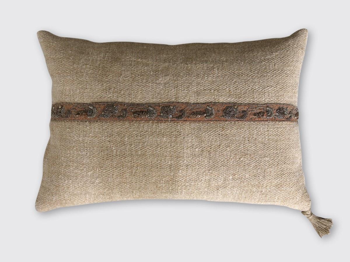 40z60cm: voorzijde: grof los weefsel hennep, keperbinding, ingeweven streep, ongebruikt, ±1920; met zilver geborduurd band ±1800