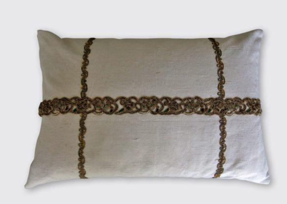 40x60cm, voorzijde: smal van origine religieus Europees goudgallon met bouillondraad meegenomen uit India 19e eeuw