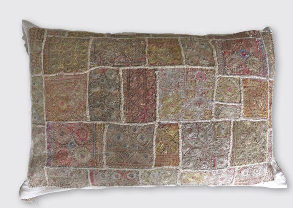 60x80cm, voorzijde: Indiaas babydekentje 19e eeuw, bijzonder stuk handwerk, alle patronen zijn met goud/zilvermetaaldraad opgebouwd