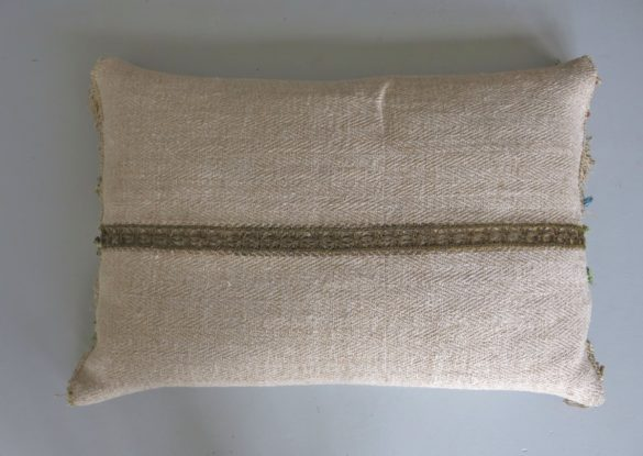 40x60cm, voorzijde: grof los weefsel van hennep , keperbinding, ingeweven streep, ongebruikt ± 1920 ; goudgalon ±1700