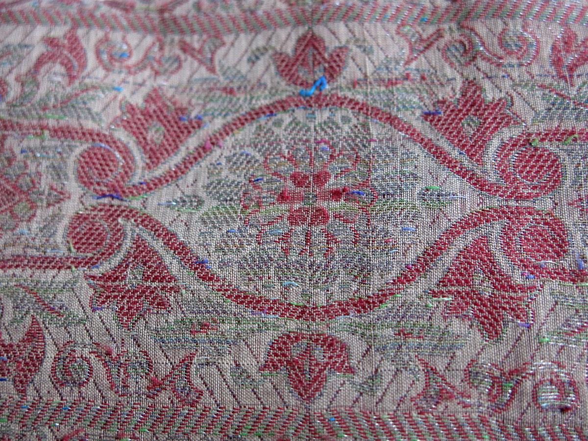 detail: zijden band meegenomen uit Delhi, handgeweven in 3 à 4 banden naast elkaar op weefgetouw. kleine kleuraccenten