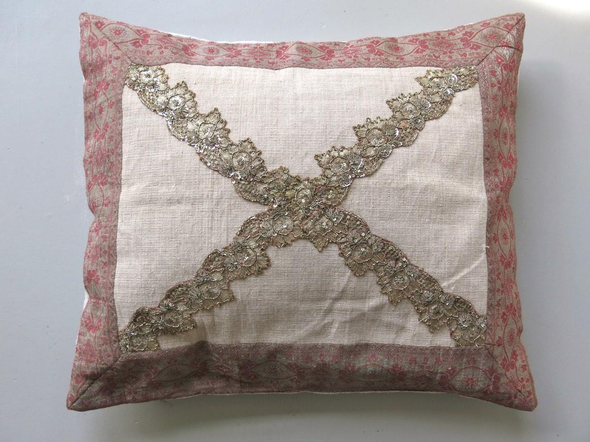 50x70cm, voorzijde: Pools linnen 1950, zijden band 19e eeuw, antiek sierband van blouse India