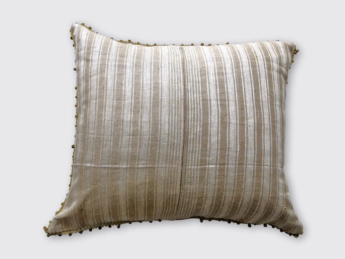 achterzijde: grof linnen/hennep geweven in streeppatroon ±1930; afgezet met balletjesband ± 1910