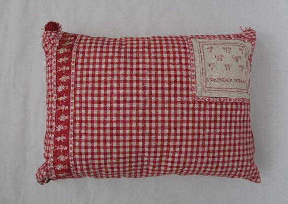 50x70cm, voorzijde: geweven rood/creme linnen ruit ±1920, oud linnen proeflapje en band ±1930