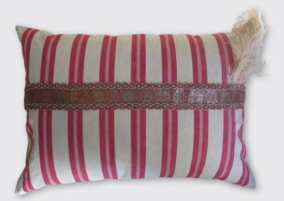 50x70cm voorzijde: beddentijk Provence ±1900, oud zijden handgeweven band meegenomen uit India, oude hoedenveer ±1900.