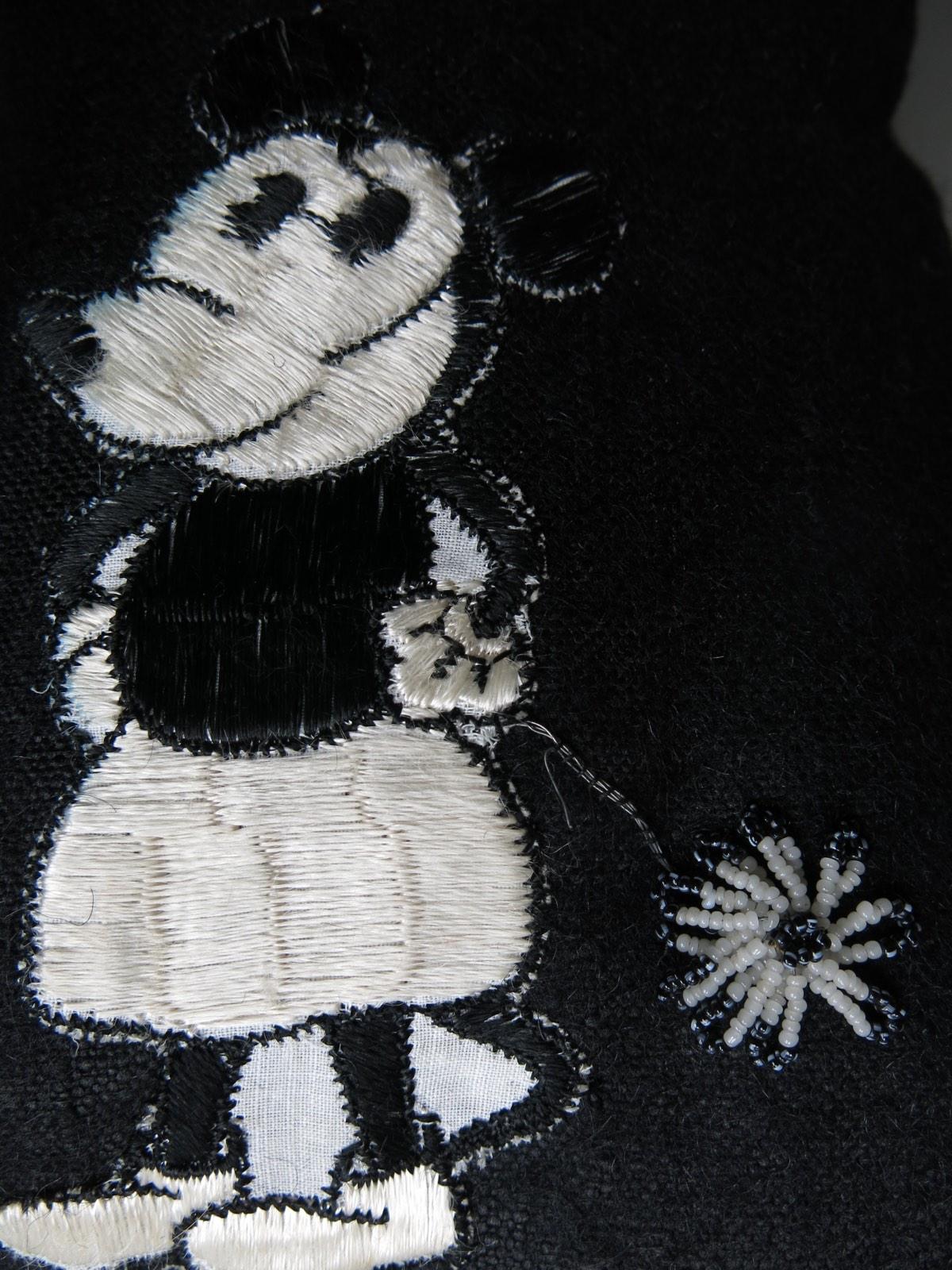detail: Mini Mouse 1930 (gadget bij sigaretten ); glaskraaltjes op ijzerdraad tot bloemetje geregen, gekleurde kraaltjes werden geverfd