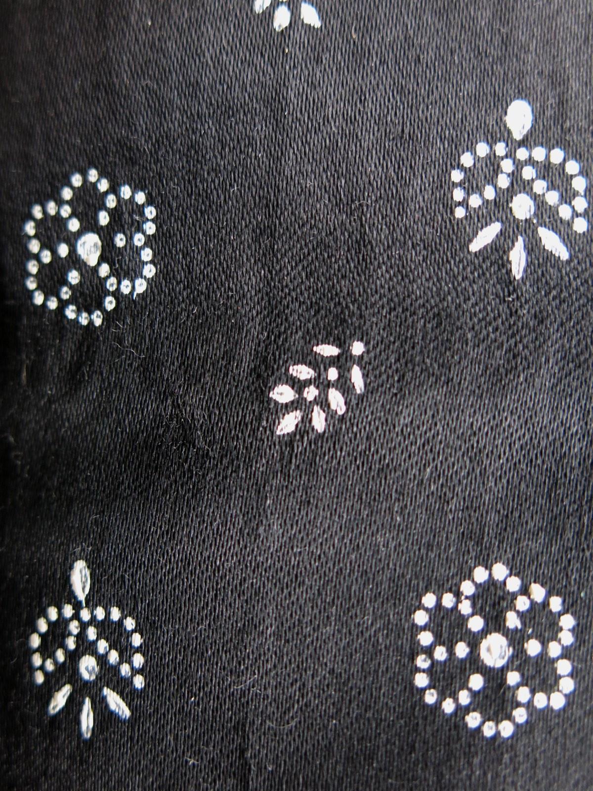 detail: stipwerk, kleine patronen zijn vaak ouder, naast bekende patronen, maken stipwerksters ook hun eigen patronen.