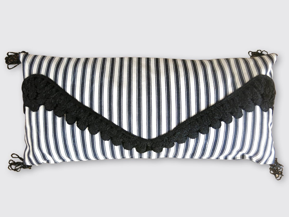 27x56cm, voorzijde: zwart/witte Hollandse tijk 19e eeuw; halsversiering kledingstuk 19e eeuw