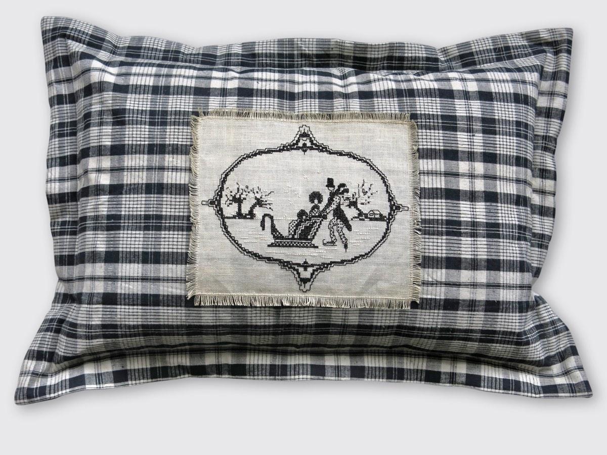 40x60cm, voorzijde: geweven zwart/ecru ruit linnen/katoen ±1930 met borduurwerkje ±1910