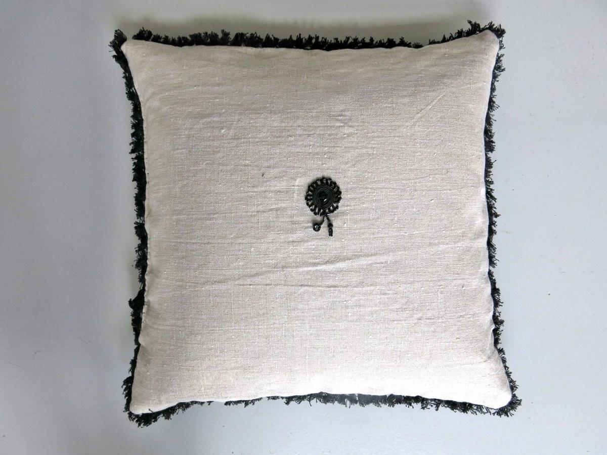 achterzijde: Frans handgeweven linnen/katoen 19e eeuw met ornament en afgezet met katoenen band met kleine kwastjes ±1920