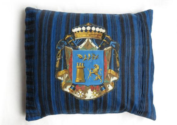 60x70cm, voorzijde: plooien en haakse bies; op linnen geschilderd wapen Frankrijk ±1900