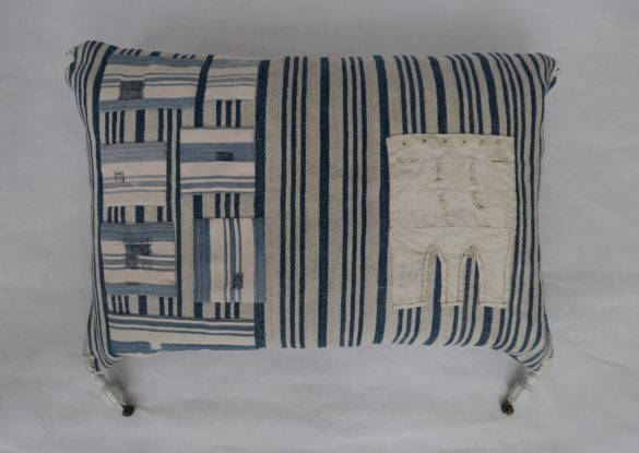 40x60cm, voorzijde: linnen proeflap met o.a. knoopsgaten; Franse blauw-witte gestreepte katoen met stopwerkjes ± 1910