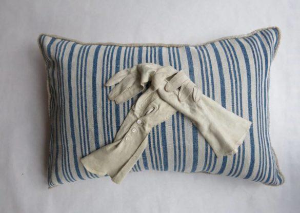 40x60cm, voorzijde: lange witte leren handschoenen ± 1930