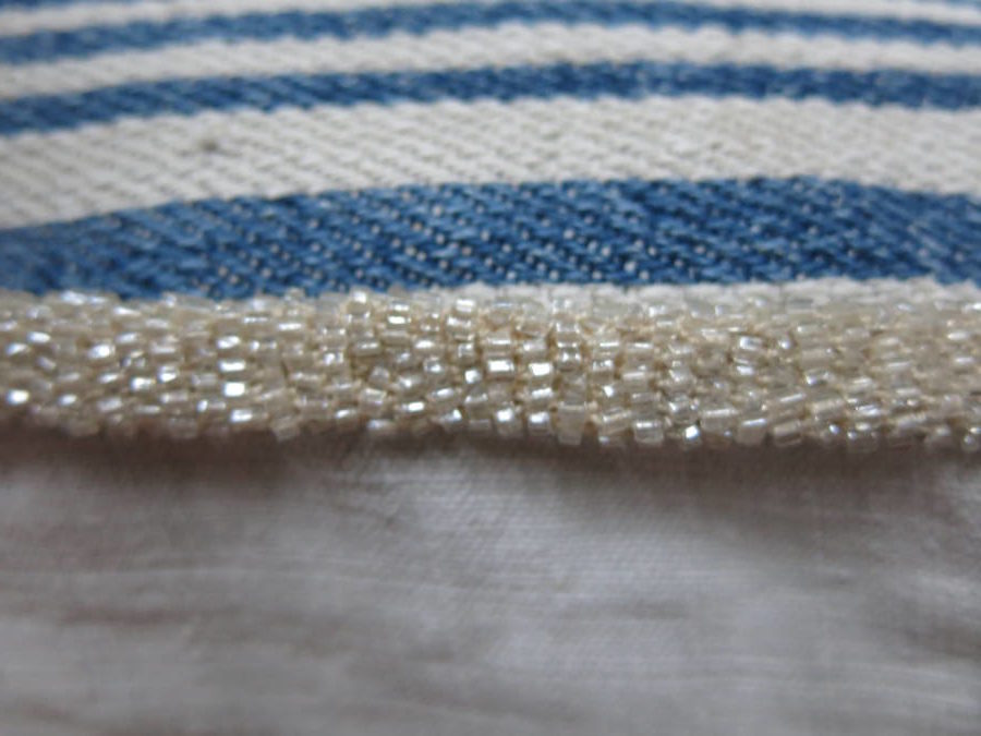 detail: gevuld band bezet met parelmoeren kraaltjes