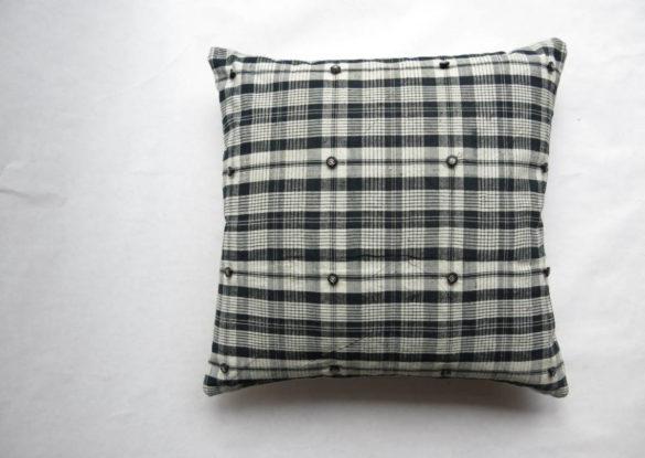 50x50cm voorzijde: katoenen/linnen grof geweven ruit ±1930, knoopjes zwart glas met zilverkleurige kern Tsjechoslowakije ±1920