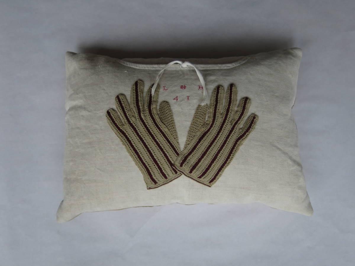 40x60cm, voorzijde: Franse handgeweven linnen nachthemd ± 1930, met gehaakte dameshandschoenen ±1920