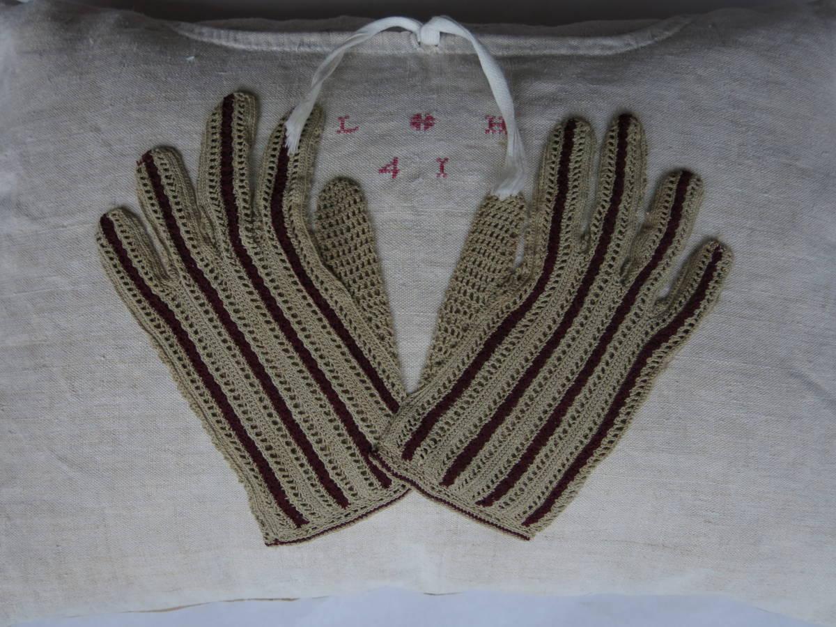 detail: versiering nachthemd met geborduurde initialen en jaartal