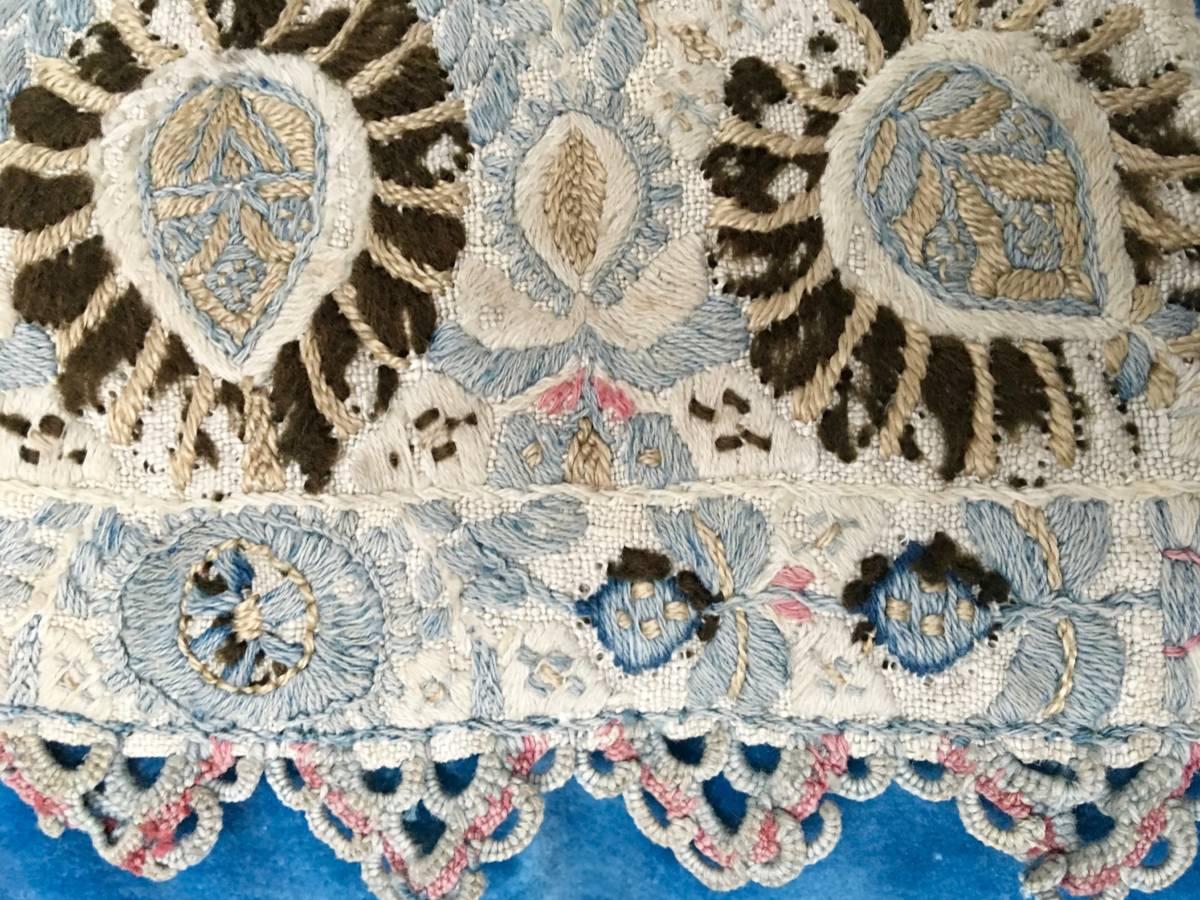 detail: Zuid Frankrijk, handgeborduurde linnen manchet afgewerkt met gehaakte sierrandje ±1800