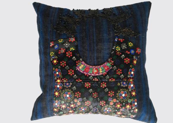 50x50cm voorzijde: 'Queen'; Staphorster kraplap versierd met stipwerk, met zelfgemaakte stempels (hout met spijkers) werden patronen op de stof gedrukt.