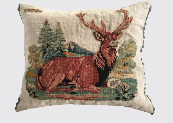 50x70cm voorzijde: oud borduurwerk van een edelhert op oud linnen