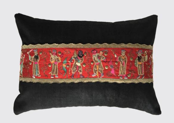 50x70cm voorzijde: handgeborduurde zijden sierband afgewerkt met goudkleurig band 19e eeuw