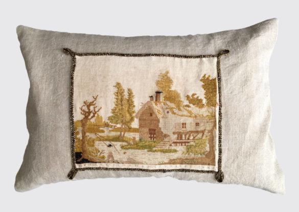 voorzijde: borduurwerkje op handgeweven linnen 19e eeuw afgewerkt met een koord bezet met goudkleurige glaskraaltjes