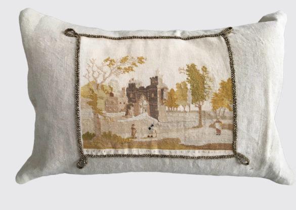 voorzijde: borduurwerkje op handgeweven linnen 19e eeuw afgewerkt met een koord bezet met goudkleurige glazen kraaltjes