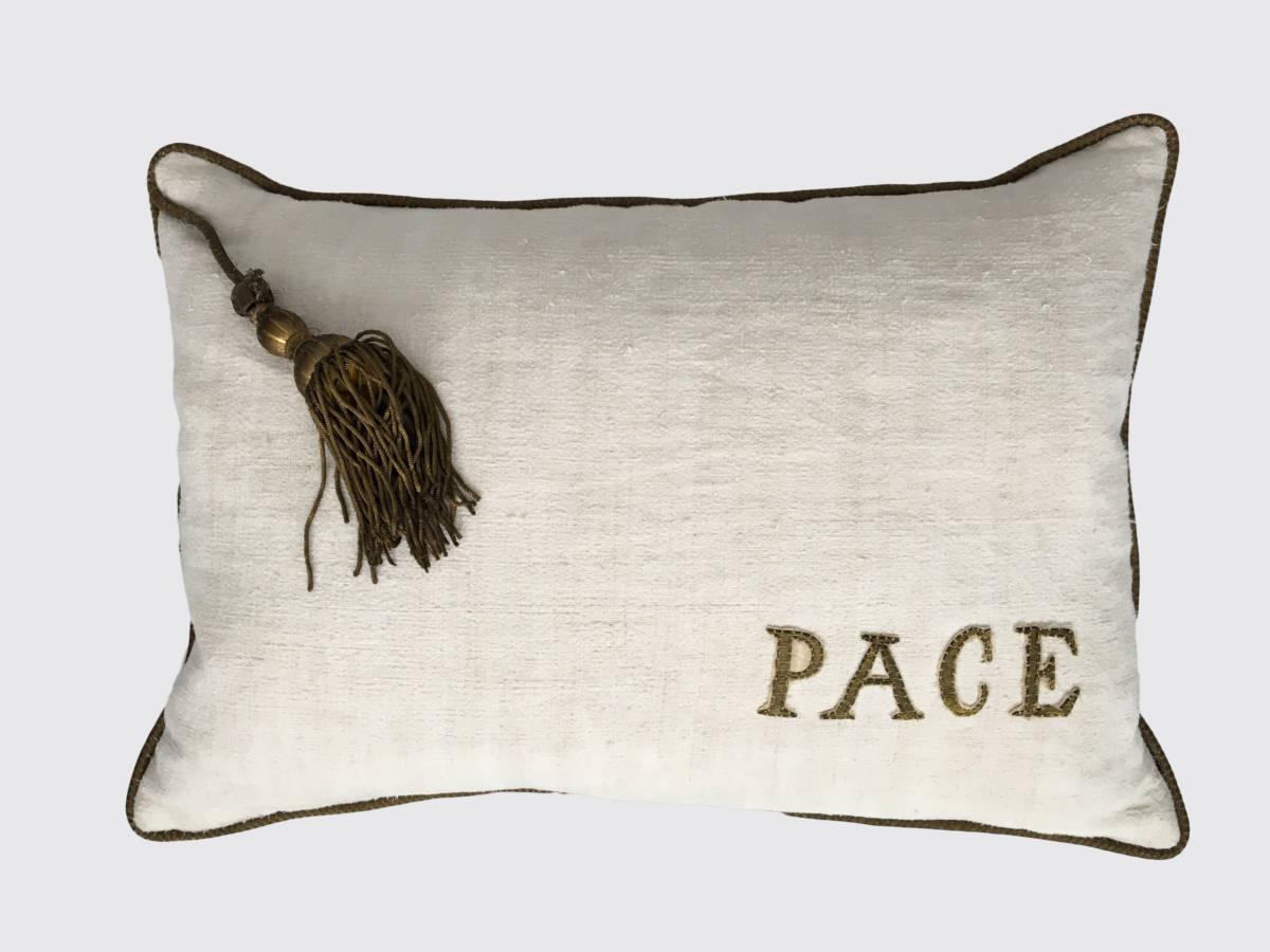 40x60cm, voorzijde: onregelmatig handgeweven linnen ±1860, rondom afgezet met koord/singel waaraan een kwast, waarmee een priester de albe vastmaakte ± 1900