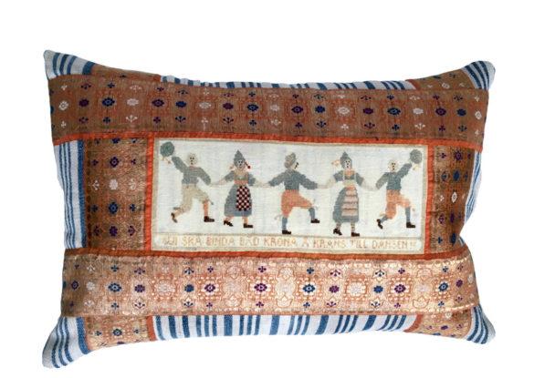40x60cm voorzijde: zijden band 19e eeuw; zweeds borduurwerkje