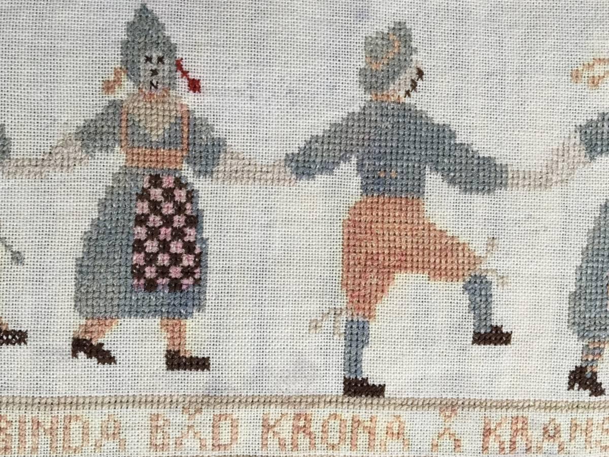 detail: antiek Zweeds borduurwerkje; de tekst komt uit een liedje dat gezongen werd bij een volksdans rond de meiboom tijdens midzomernacht