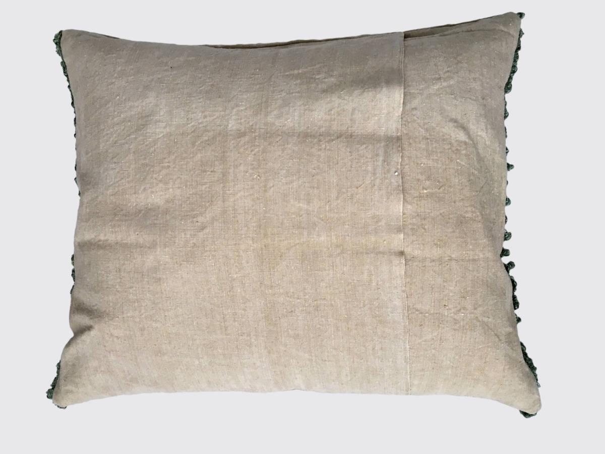 achterzijde: overslag; handgeweven linnen ±1900; rondom afgezet met katoenen band met kleine kwastjes ±1920
