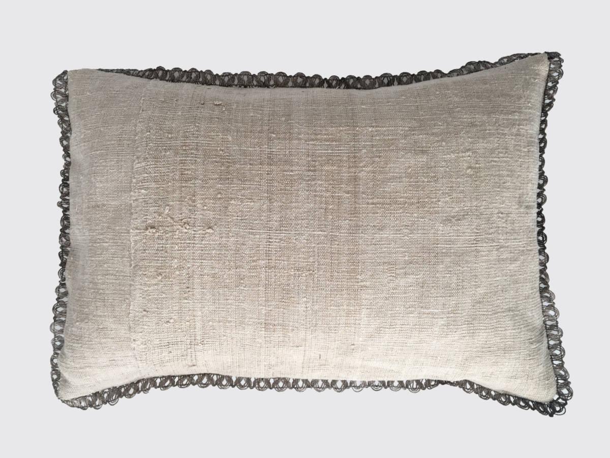 achterzijde: overslagsluing met zelfkant, handgeweven linnen 19e eeuw