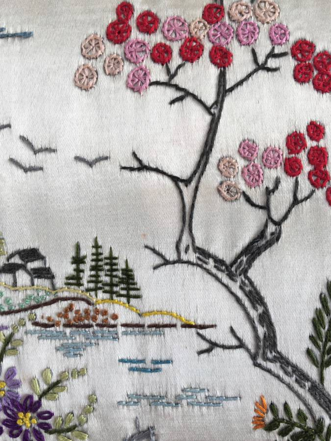 detail: handgeborduurd Chinees landschapje op zijde, ± 50er jaren