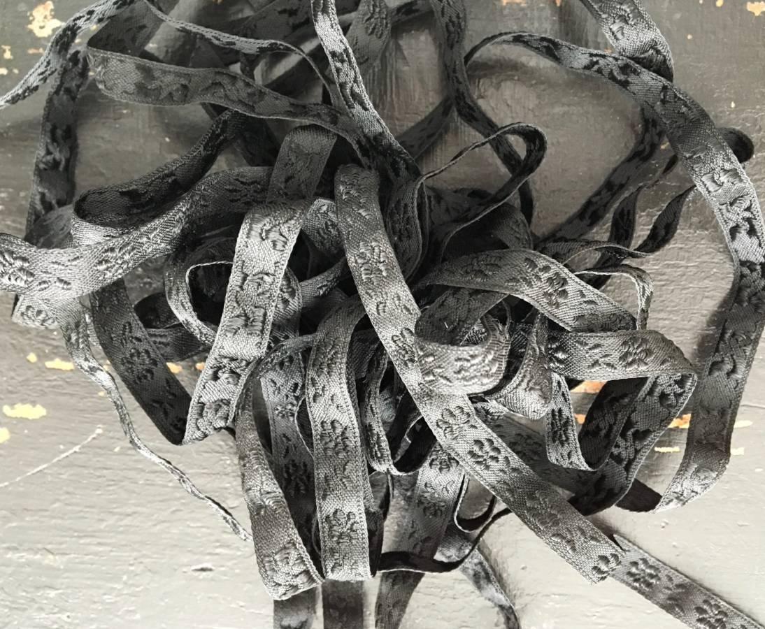 detail: in Zwitserland machinaal geweven band, gebruikt voor Staphorster klederdracht